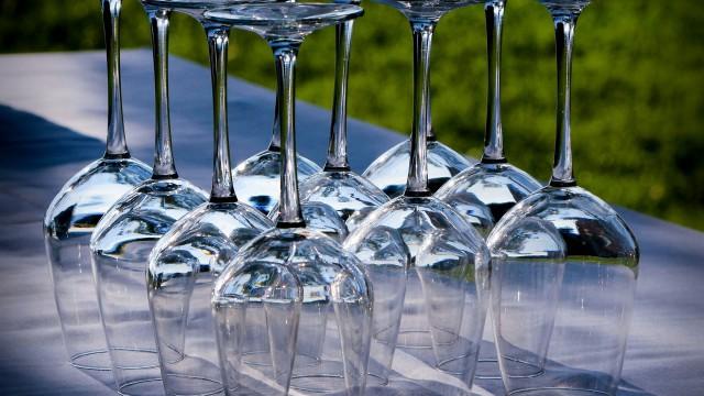 undercover_wineglasses